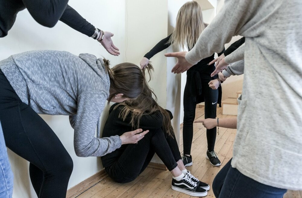 Новый факт кибербуллинга в школе на Херсонщине: из-за интимных фото одноклассники издевались над 13-летней девочкой