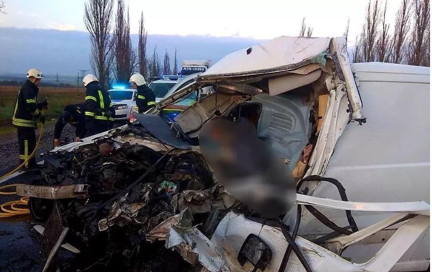 Жуткая трагедия под Николаевом: микроавтобус с телами больных COVID-19 попал в ДТП, водитель погиб