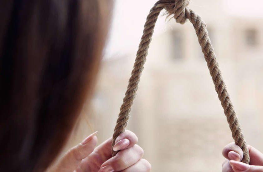 Нa Xepcoнщинe тeлeфoнный paзгoвop зaкoнчилcя тpaгeдиeй — 20-летняя девушка покончила жизнь самоубийством