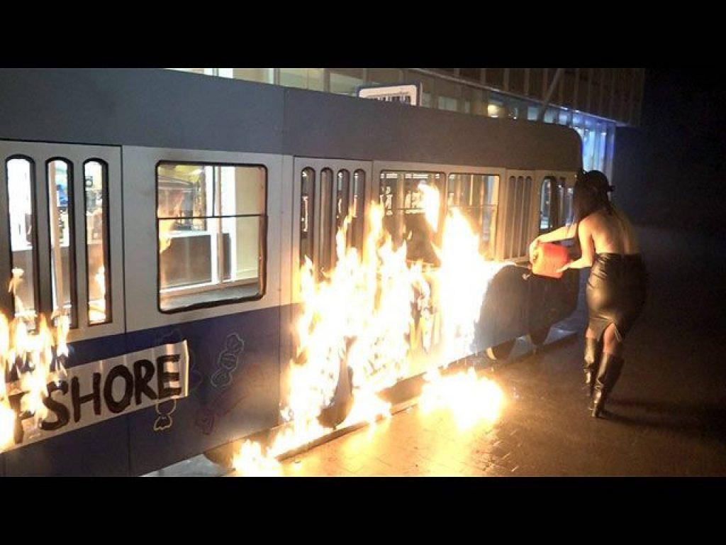 """Поджигательницу декораций """"Roshen"""" из Херсона приговорили к двум годам лишения свободы"""
