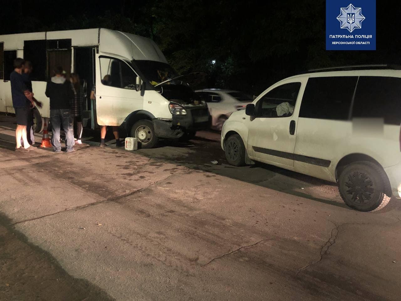 """В Херсоне столкнулись два автомобиля: водитель легковушки был пьян, у водителя автобуса – """"не те права"""""""