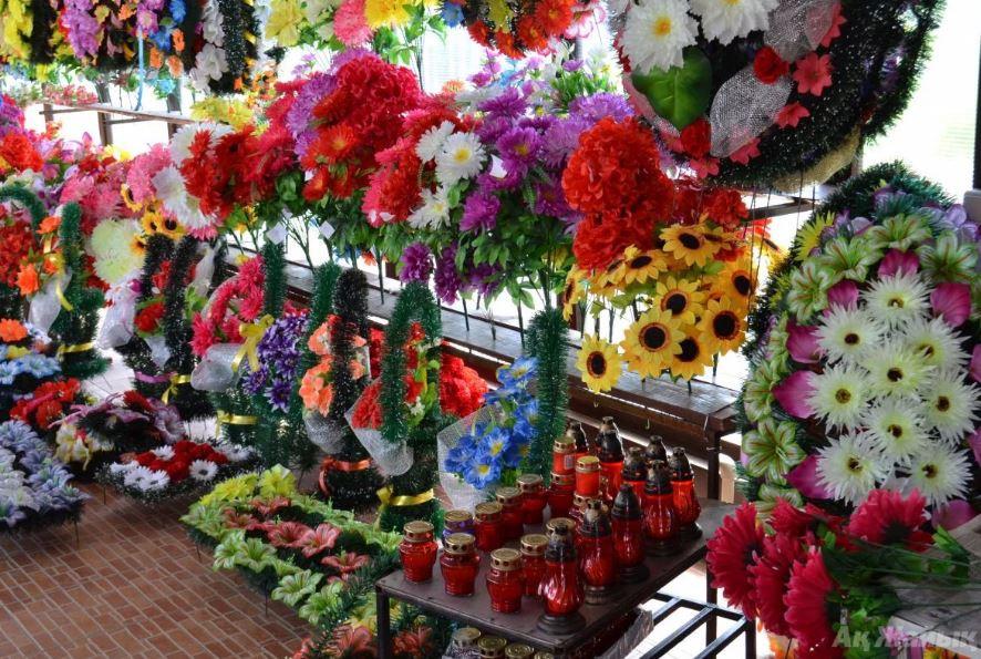 В Херсонской области собираются запретить приносить пластмассовые цветы на кладбище
