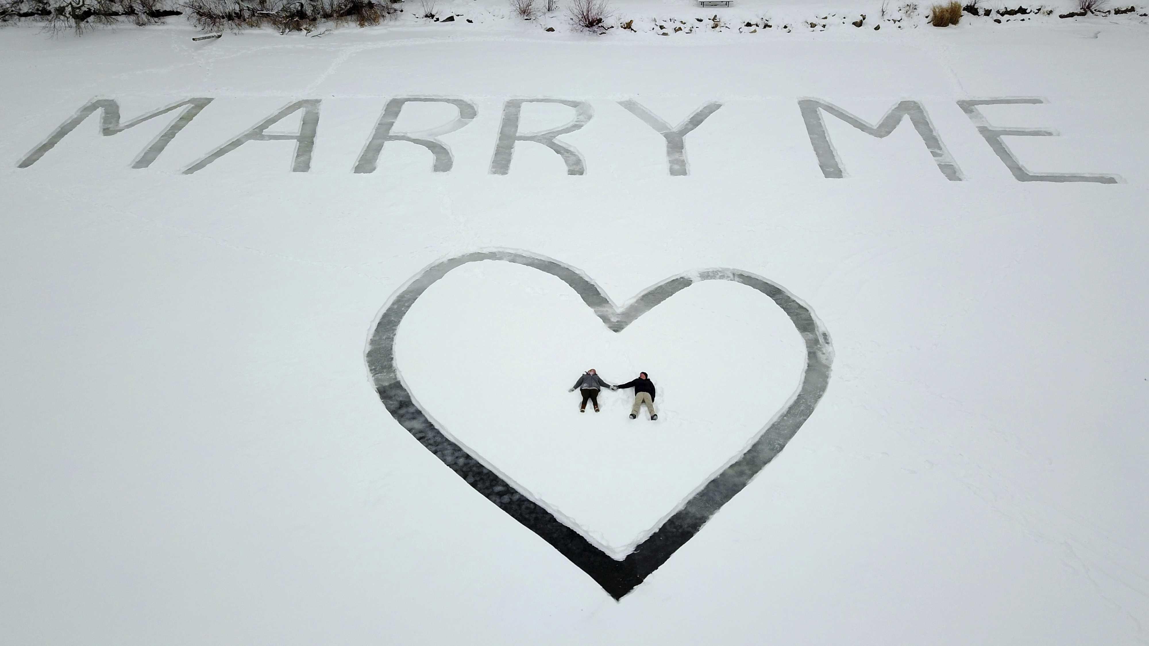 Херсонец в центре города креативно сделал предложение своей возлюбленной