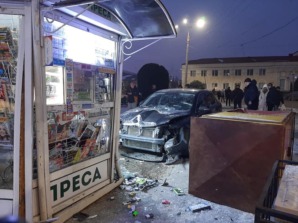 В Херсоне на ЖД вокзале водитель иномарки протаранил 2 киоска