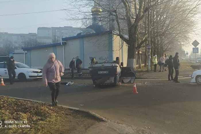 В Херсоне у здания полиции перевернулся автомобиль