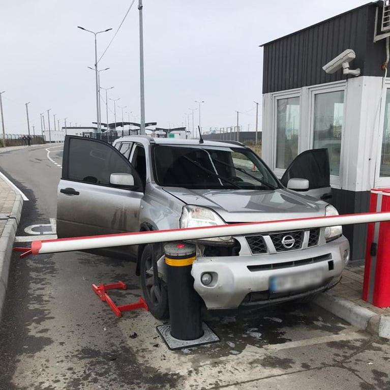 """На КПВВ """"Чонгар"""" водитель пытался протаранить шлагбаум, прорываясь на оккупированный полуостров"""