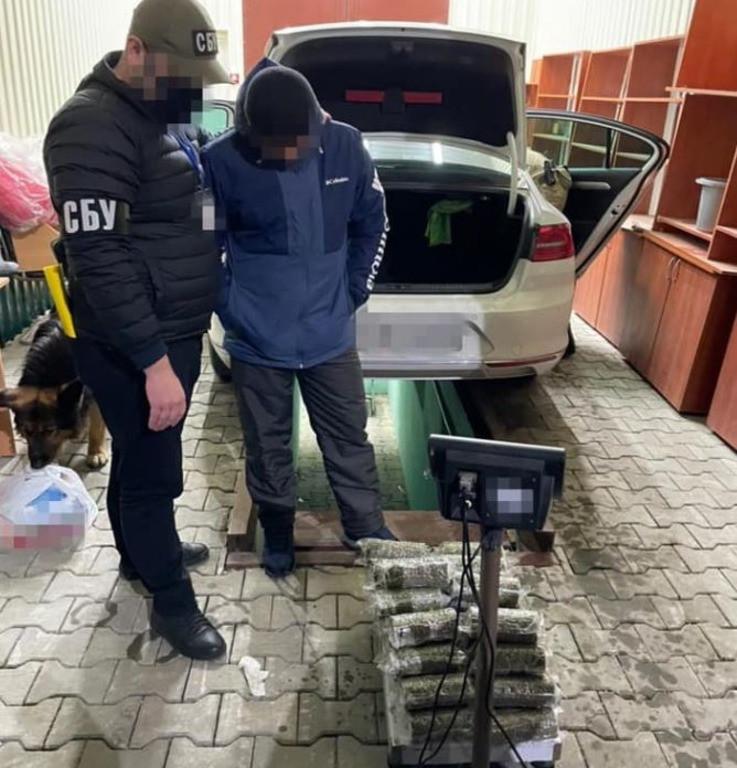 """Житель Херсона пытался провести через КПВВ """"Каланчак"""" 20 килограммов наркотиков стоимостью 6 миллионов гривен"""