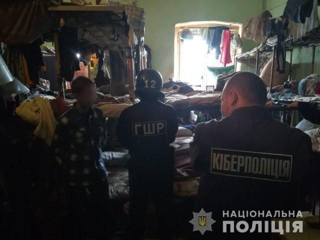 В Херсоне полицейские разоблачили группу заключенных, организовавших в СИЗО «банковский call-центр»