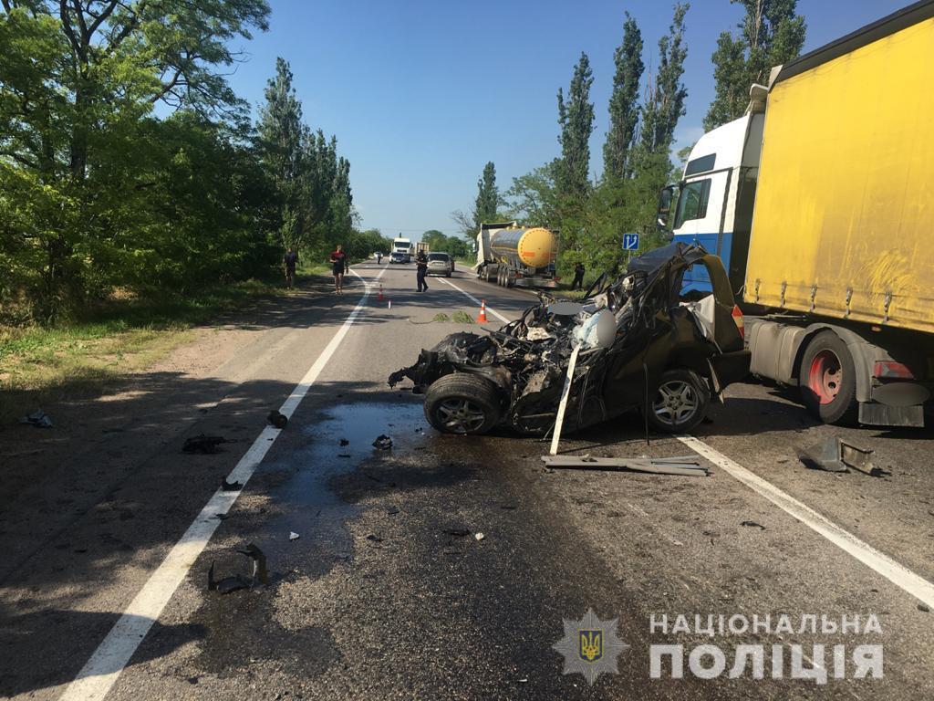 На трассе Одесса – Мелитополь произошло смертельное ДТП: погибли два человека, есть травмированные, среди них дети